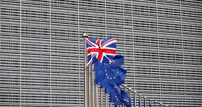 Британский и европейский флаги у штаб-квартиры Еврокомиссии в Брюсселе