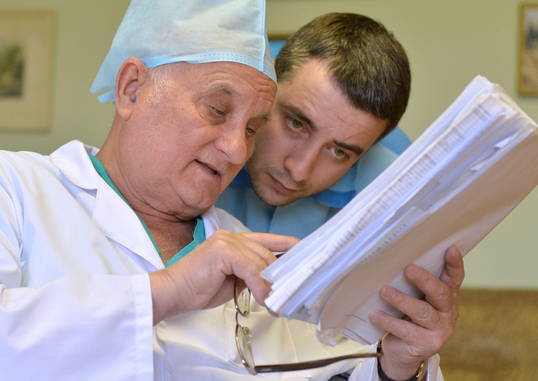 Академик Арнольд Смеянович и врач-нейрохирург Антон Родич обсуждают результаты прошедшей операции