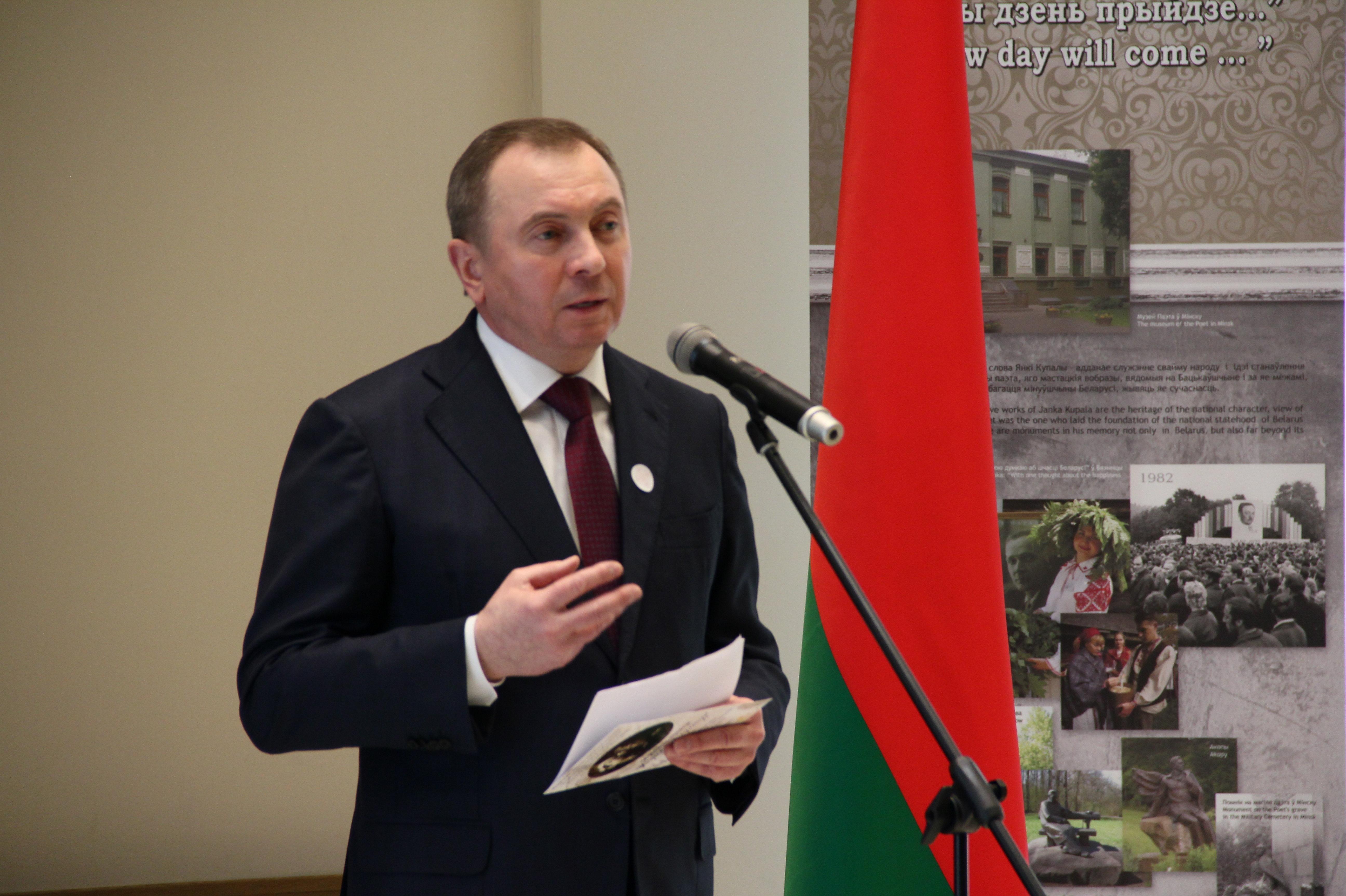 Владимир Макей читает стихотворение Янки Купалы