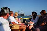 Туристы на катере в прибрежных водах Антальи