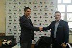 Председатель правления ФК Крумкачы Денис Шунто (слева)