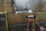 Сотрудник МЧС на тушении пожара