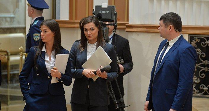 Пресс-секретарь президента Беларуси Наталья Эйсмонт (в центре)