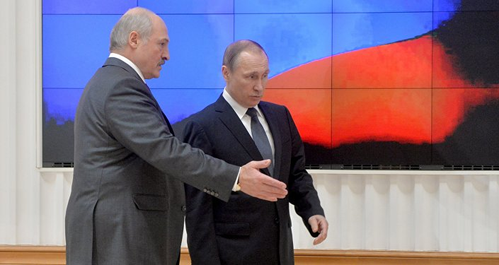 Президент Беларуси Александр Лукашенко и президент РФ Владимир Путин перед пресс-конференцией по итогам заседания ВГС
