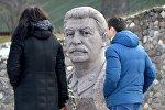 Каменный Сталин наблюдает за посетителями историко-культурного комплекса Линия Сталина.