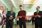 Василий Кириенко (в центре) на открытии тренажерного зала в Речицкой школе