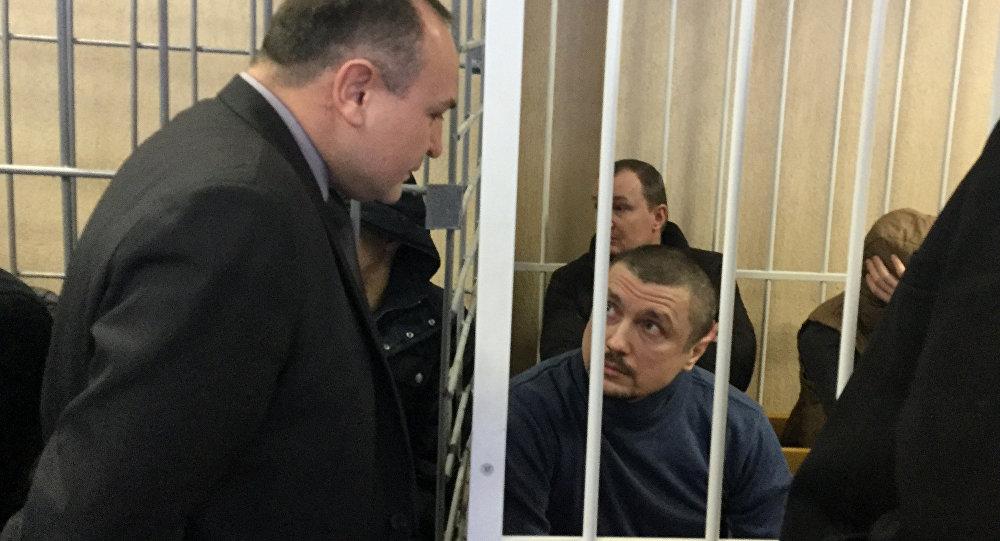 Обвиняемый Константин Денесевич беседует с адвокатом Сергеем Тележевичем