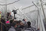 СПУТНИК_Беженцы пытались тараном проломить забор на границе Греции и Македонии