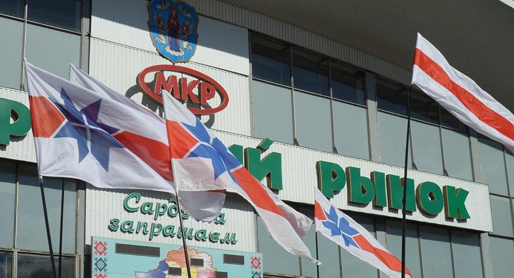 Флаг БХД у Комаровского рынка в Минске