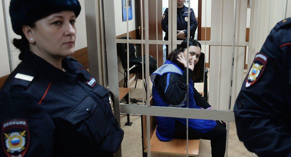 Няня Гюльчехра Бобокулова (в центре), обвиняемая в убийстве 4-летней девочки Насти Максимовой