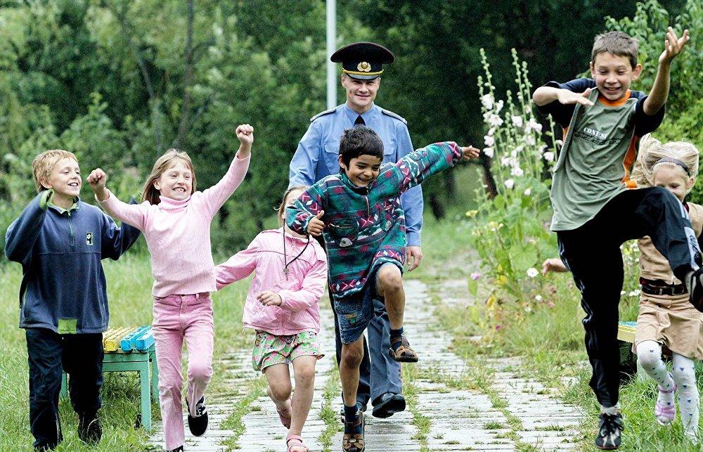 Сельские дети с участковым