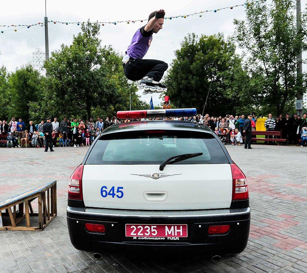 Скейт-бордист на празднике МВД