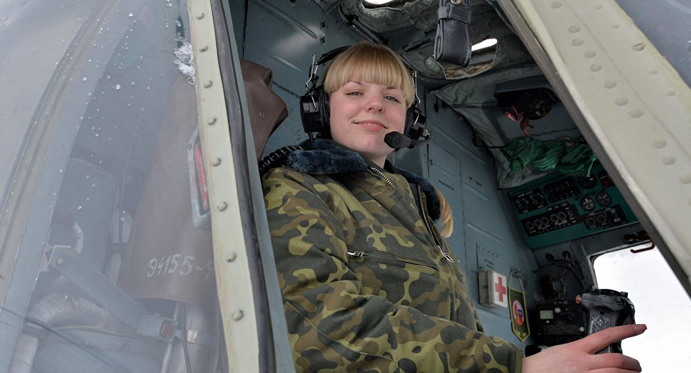Наталья Лазько в кабине вертолета