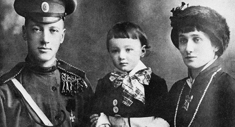 Поэты Гумилев и Ахматова с сыном Львом