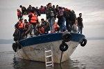 Беженцы на лодке в Средиземном море
