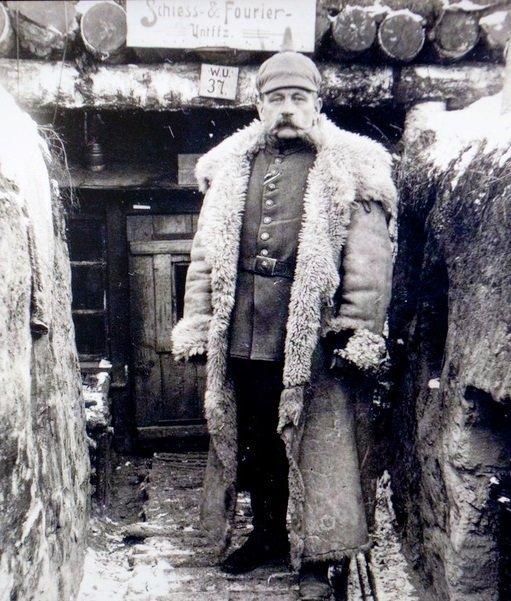 Немецкий солдат Первой мировой в окопе.
