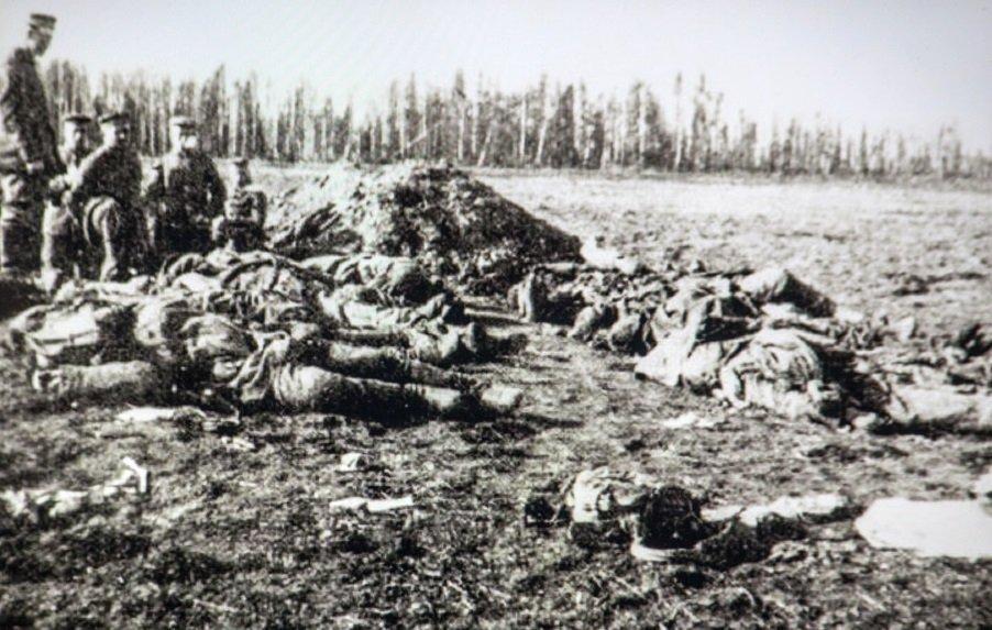 Немецкие солдаты хоронят погибших русских солдат.