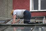 Женщина, ремонтирующая крышу