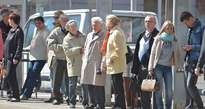 Пенсионеры и молодые люди на остановке