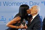 Британская модель Наоми Кэмпбелл целует бывшего президента Израиля Шимона Переса