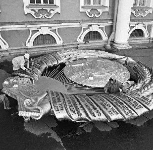Реставраторы подкрашивают надписи на Гербе СССР