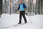 Пенсіянер на лыжах у парку