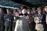Лидер Северной Кореи Ким Чен Ын наблюдает за военными учениями
