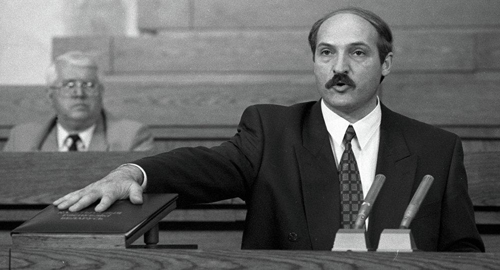 Аляксандр Лукашэнка прысягае на канстытуцыі, 1994 год