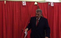Николай Улахович на избирательном участке