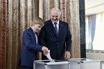 Александр Лукашенко с сыном Николаем на избирательном участке в Минске