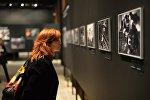 Посетительница на открытии фотовыставки победителей и призеров Международного конкурса фотожурналистики имени Андрея Стенина