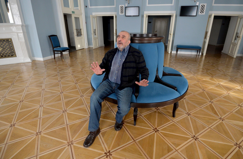 Кириченко в вестибюле Купаловского театра