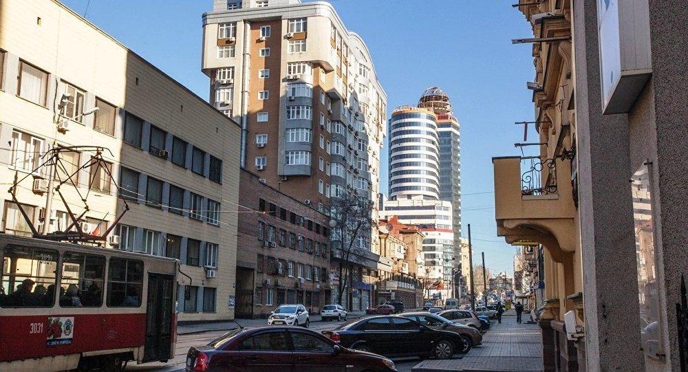 Донецк днем выглядит как самый обычный город.