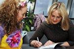 Белорусская сказочница Елена Масло раздает автографы