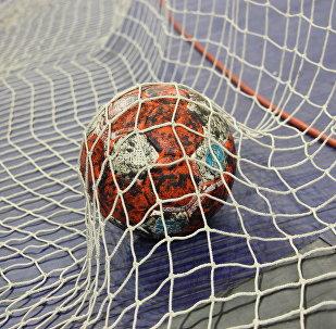 Гандбольный мяч в воротах, архивное фото