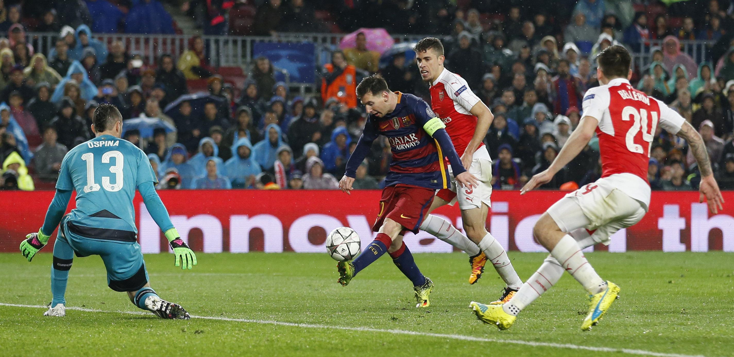 Матч Барселона - Арсенал: удар по воротам Лионеля Месси