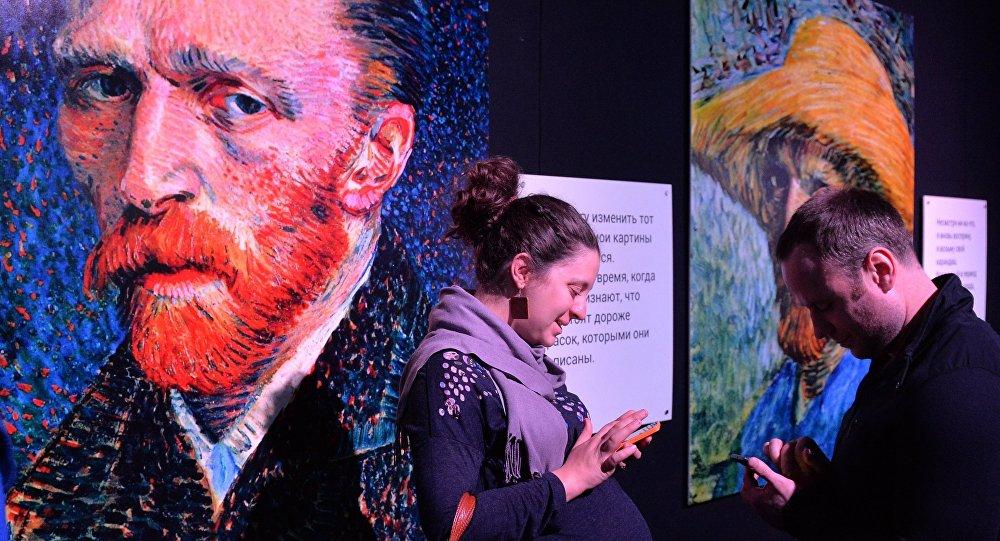 Посетители выставки Ван Гог. Ожившие полотна