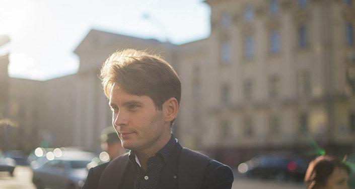 Марціновіч рашуча фатаграфуецца з будынкам КГБ