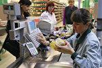 Покупатели оплачивают покупки в гипермаркете