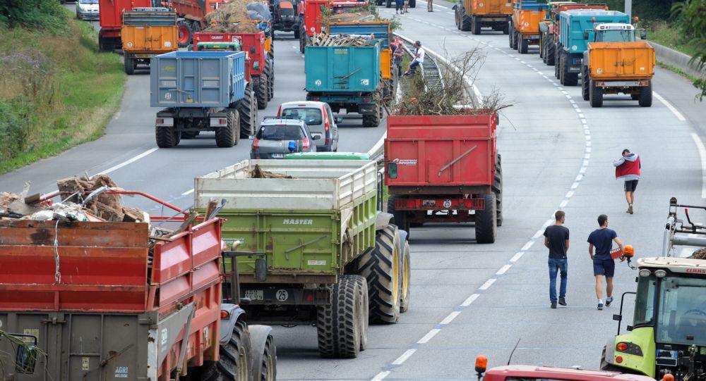 Бастующие фермеры перекрыли дорогу во Франции