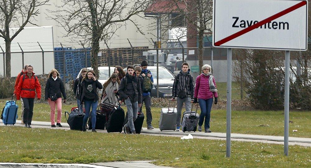 Люди идут пешком из аэропорта Завентем после взрыва
