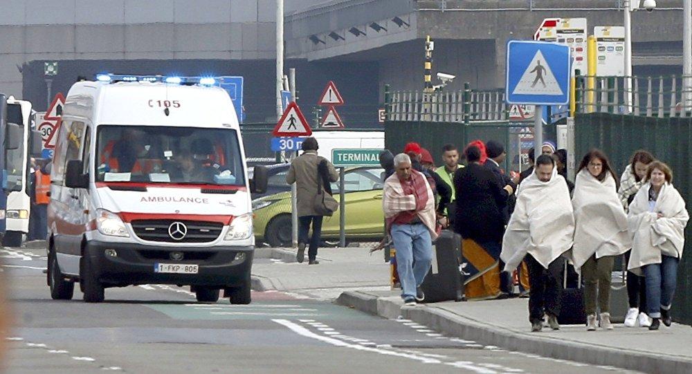 Люди в одеялах покидают место взрыва в Брюсселе