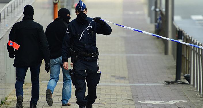 Полицейский оцепливает периметр возле станции метро в Брюсселе