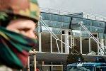 Сотрудник силовых структур Бельгии у здания аэропорта в Брюсселе