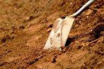 Лопата в земле. Архивное фото
