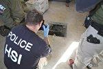 Полицейский фотографирует вход в наркотуннель