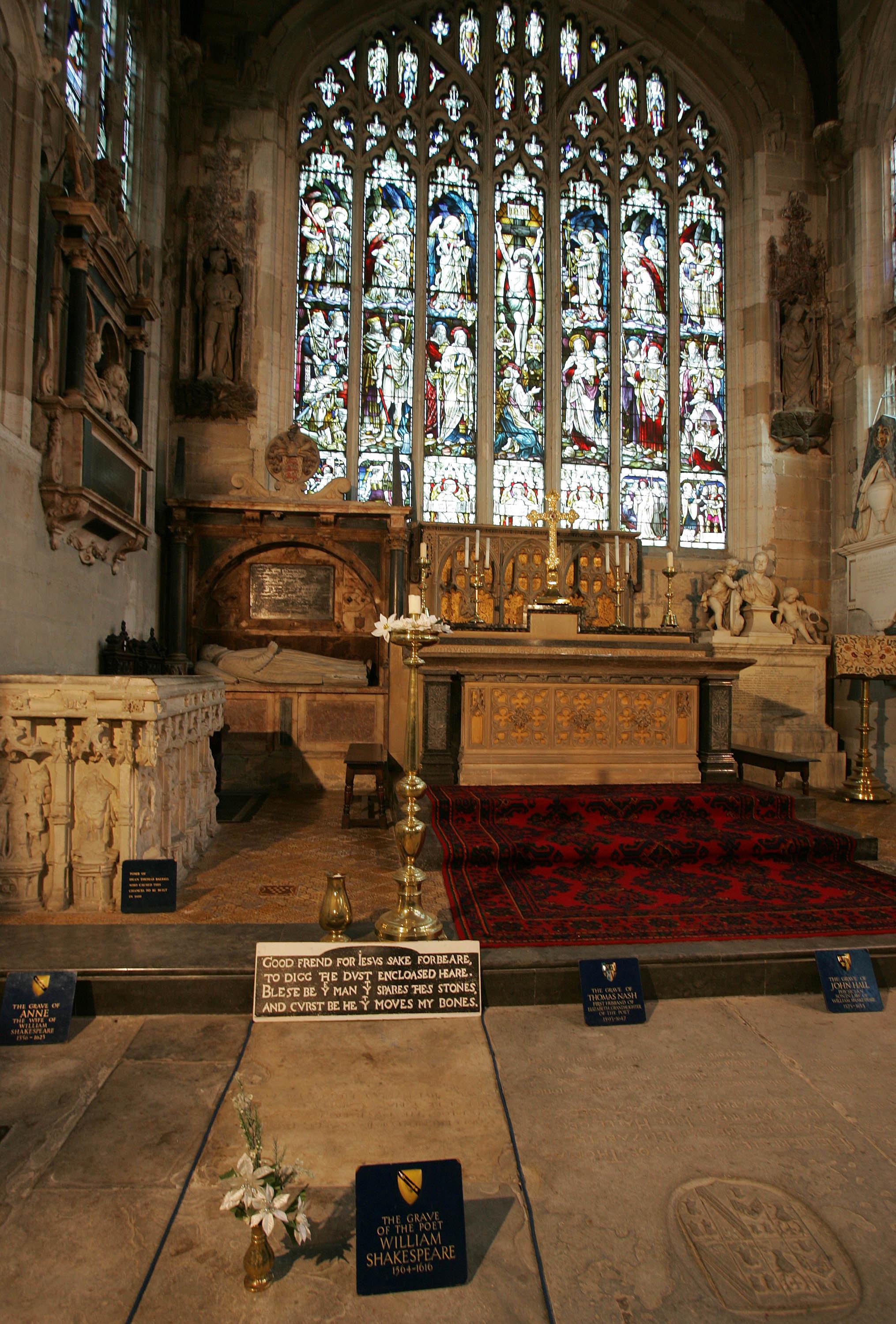 В этой церкви святой Троицы в Стратфорде-на-Эйвоне был крещен, а после смерти упокоен Уильям Шекспир