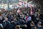 Участники шествия идут к площади Якуба Коласа
