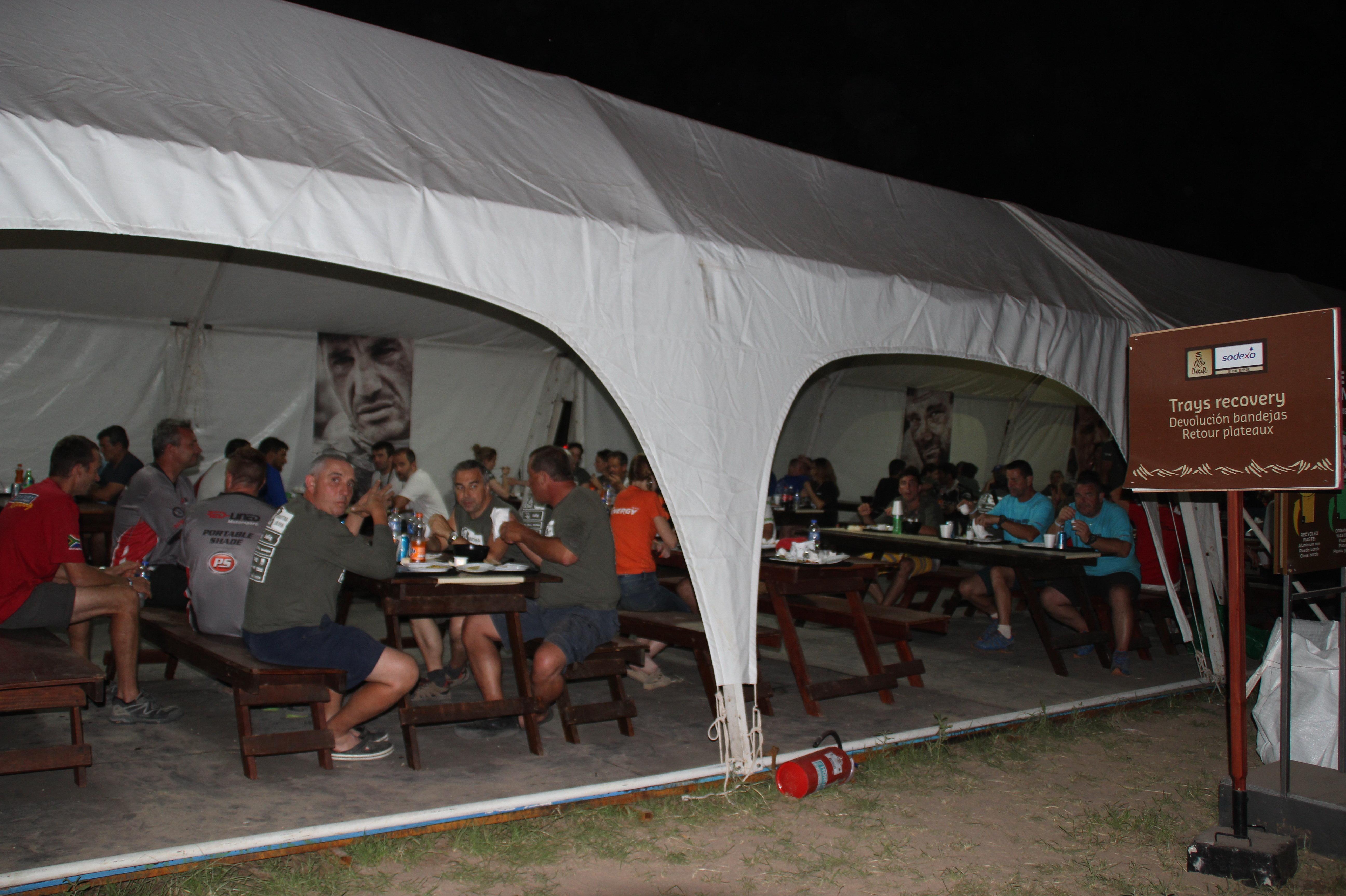 Команды ужинают на бивуаке