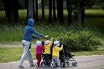 Минчанка и ее дети-тройняшки в парке Победы в Минске